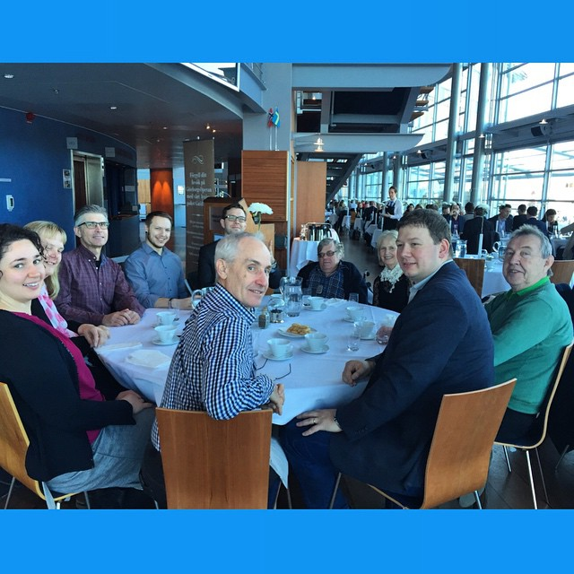 JCI Göteborgs senatorer och medlemmar minglar i solen över en…